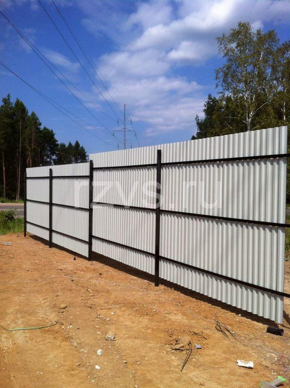 Забор из профлиста на винтовых сваях